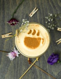Koffie met karamel en kaneel