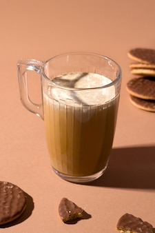 Koffie met karamel en room. naast zoete koekjes in chocolade