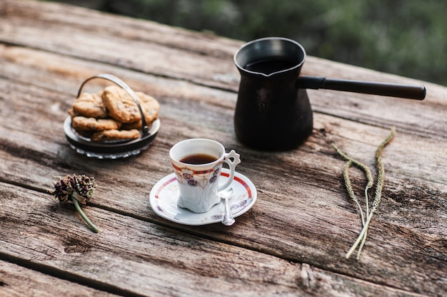 Koffie met koekjes op houten tafel. traditionele koffiepauze met gebak, rustieke stijl. herfst, opwarming van de aarde drankje concept