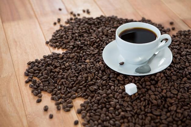 Koffie met koffiebonen