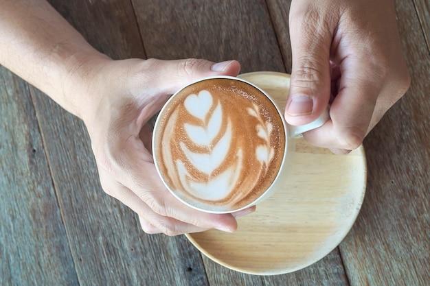 Koffie met latte-kunstdecoratie