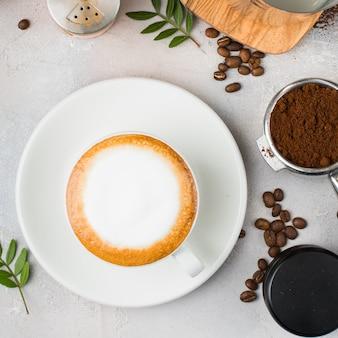 Koffie met lattekunst in een witte ceramische kop op een lijst