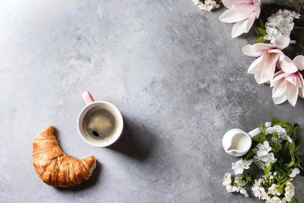 Koffie met lentebloemen