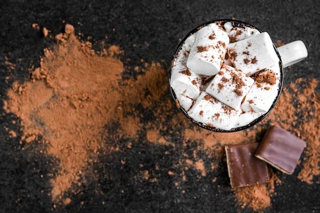 Koffie met marshmallow en chocoladereep op zwart