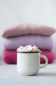 Koffie met marshmallows in witte kop