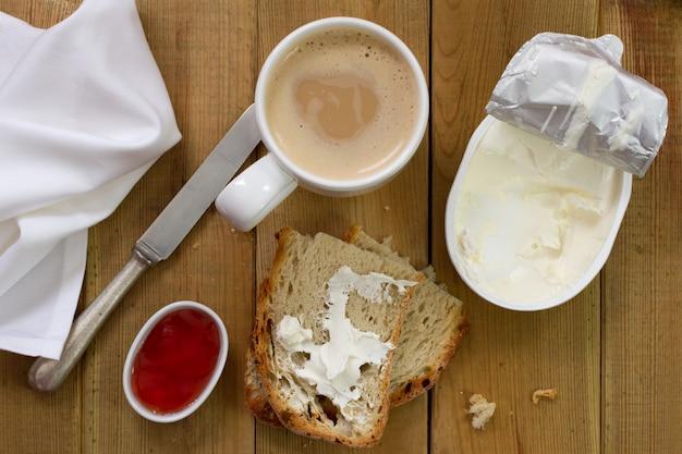 Koffie met melk, brood en kaas