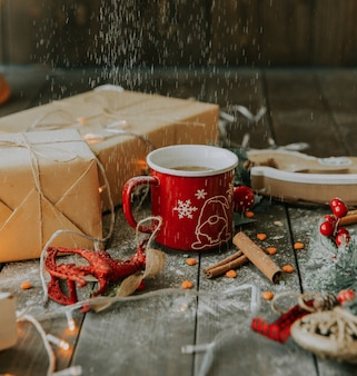 Koffie met melk en geschenken onder wit poeder