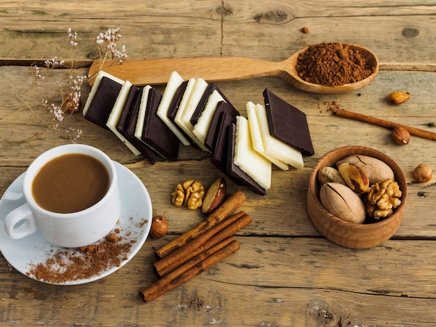 Koffie met melk in een witte kop op een houten tafel