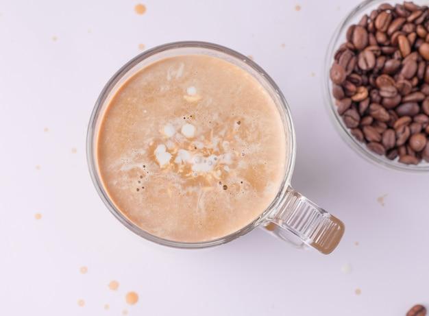 Koffie met melkclose-up op een witte achtergrond
