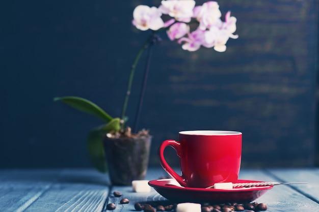 Koffie met orchidee