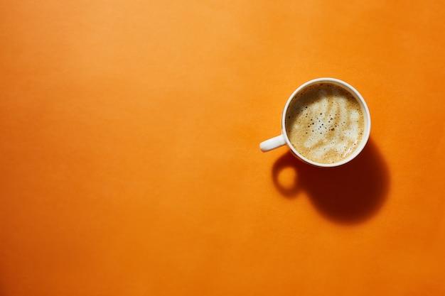 Koffie met roomschuim. bovenaanzicht, minimalisme. lichte achtergrond.
