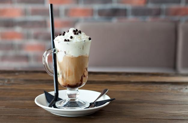 Koffie met slagroom en chocolade balletjes