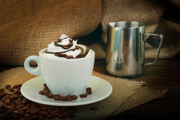 Koffie met slagroom en chocolade