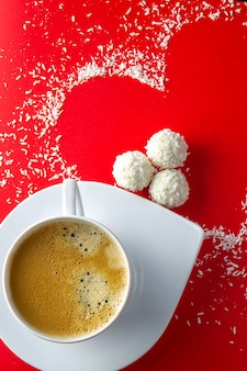 Koffie met snoep en hart vorm