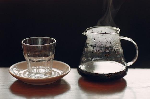 Koffie met stoom in de kolf en glas