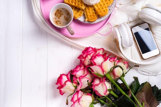 Koffie met wafels en rozen. valentijnsdag of 8 maart