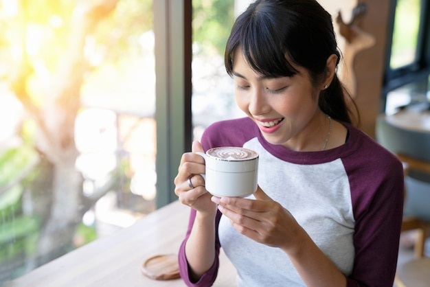 Koffie. mooi meisje, drinken koffie in cafe. schoonheid model vrouw met de beker warme bev