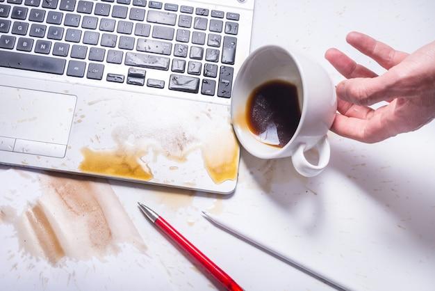 Koffie morsen op een computertoetsenbord