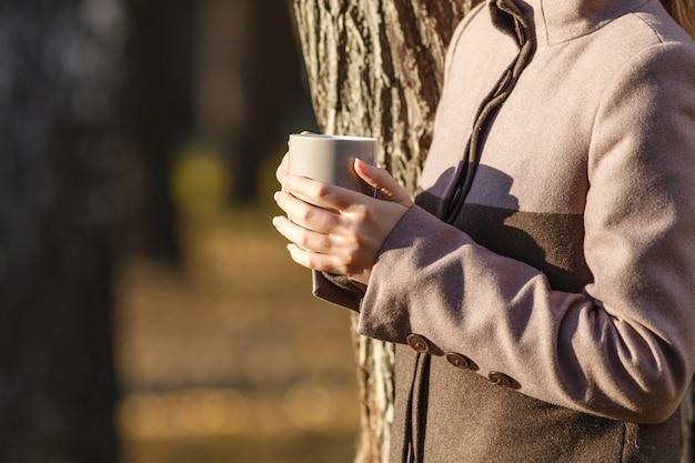 Koffie of thee houden van cup in herfst park