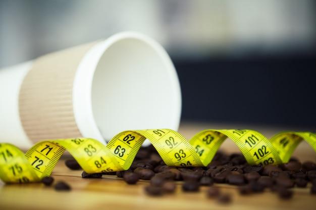 Koffie om te gaan en bonen op een houten achtergrond