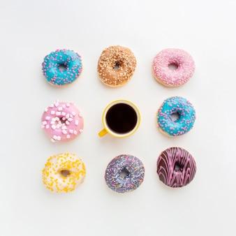 Koffie omgeven door diverse donuts