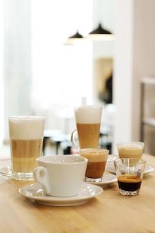 Koffie op de tafels op een tafel