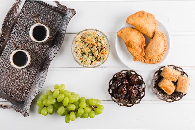 Koffie op dienblad en turkse gerechten