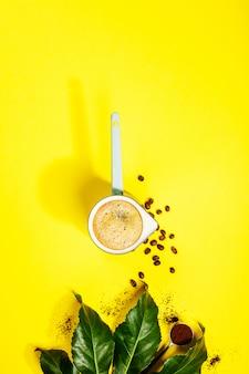 Koffie op gele tafel, plat lag, bovenaanzicht