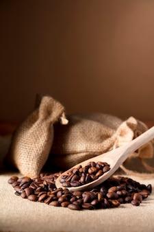 Koffie, op houten lepel, met raffia stoffen zak