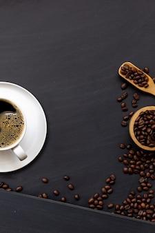 Koffie op zwart houten Premium Foto
