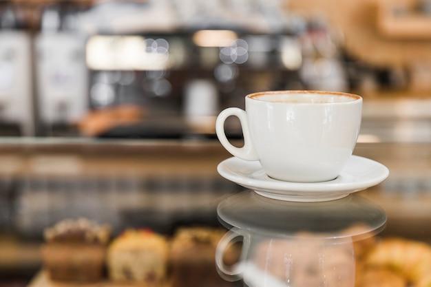 Koffie over glazen kast in de winkel