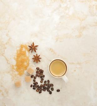 Koffie, rietsuiker, kruidenanijs op marmer.