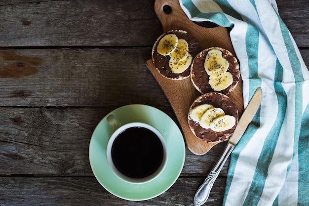 Koffie rijstwafels ontbijt chocolade banaan