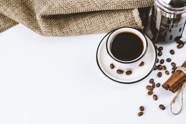 Koffie samenstelling. franse pers en witte handgemaakte kop met koffie.