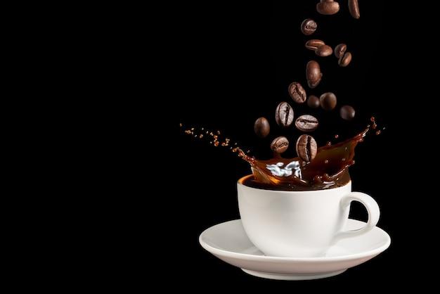 Koffie spatten met vallende koffiebonen op donkere achtergrond