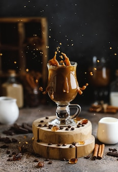 Koffie splash op bruine achtergrond met koffiebonen