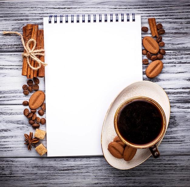 Koffie, suiker, kaneel, koekjes en notitieblok openen