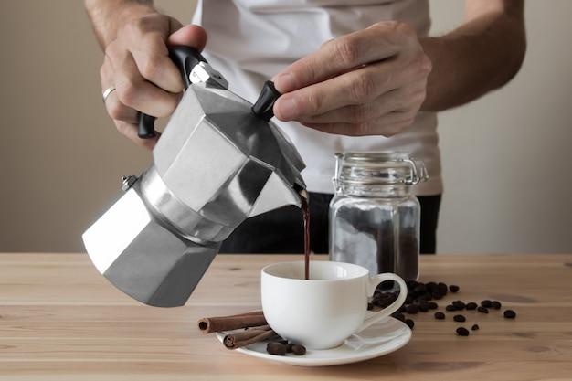 Koffie uit italiaanse koffiepot gieten