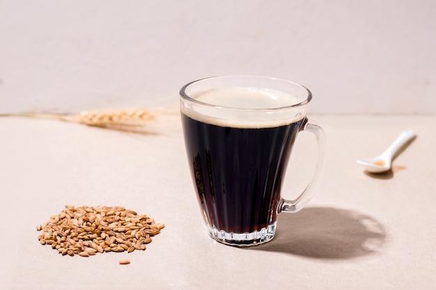 Koffie vervangende drank gemaakt van haver, cafeïnevrij op beige achtergrond