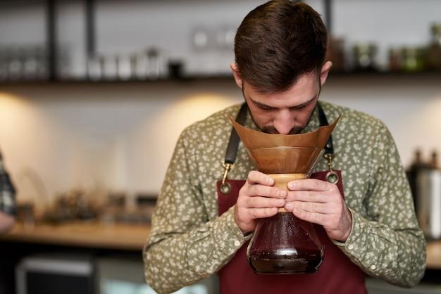 Koffie wordt gemaakt door chemex. onvergetelijke smaak van verse koffie