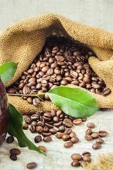 Koffie zetten in turku voor ontbijtcollage. selectieve aandacht.