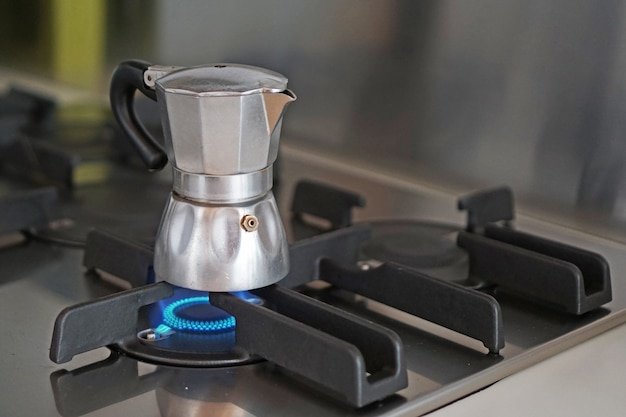 Koffie zetten met een vintage italiaanse machine voor zelfgemaakte