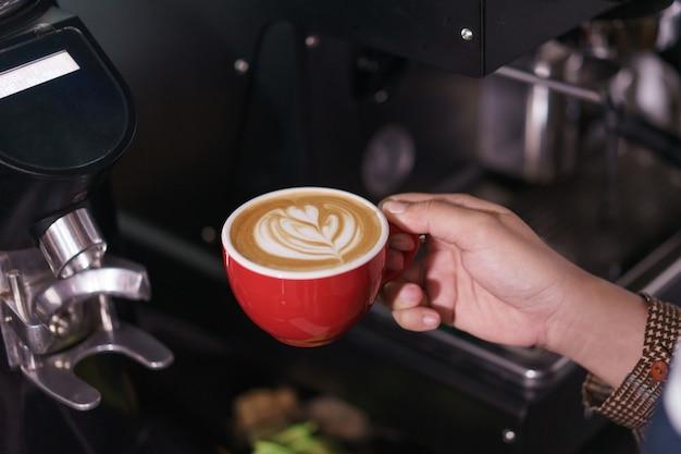Koffie zetten met koffiezetapparaat in café