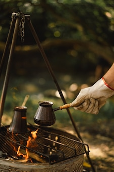 Koffie zetten op de brandstapel koffie of thee zetten op het vuur van natuurtoeristische uitrusting
