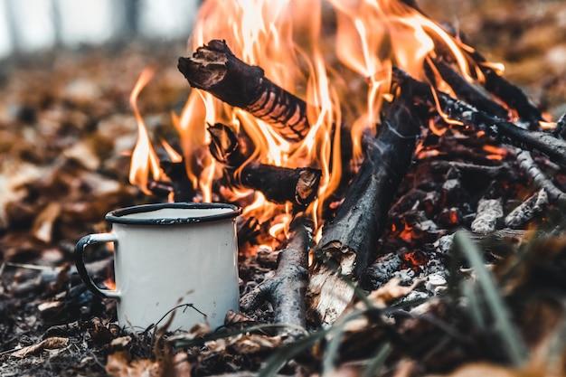 Koffie zetten op de brandstapel. zet koffie of thee op het vuur van de natuur. verbrand vuur. een plek voor vuur.