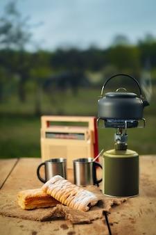 Koffie zetten op een draagbare gasfornuis