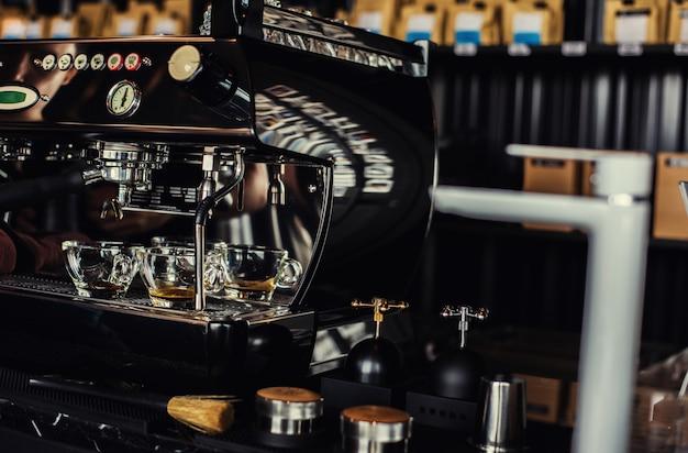 Koffieafvoer van professionele koffiemachine in café