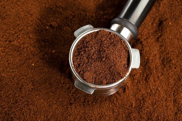 Koffieautomaat uit machine met gemalen koffie