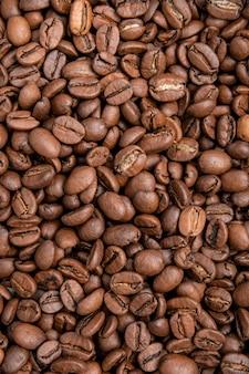Koffiebonen achtergrond. mengsel van verschillende soorten koffiebonen.