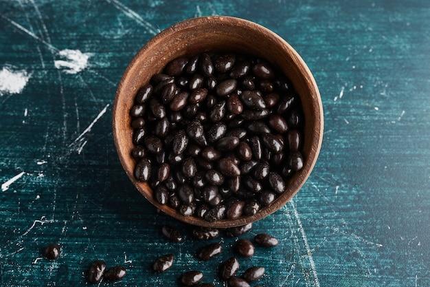 Koffiebonen bedekt met chocolade.